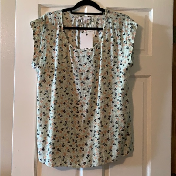 DR2 Tops - Great summer top w cap sleeves